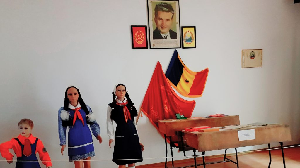comunismul-in-dobrogea-uniformele-elevilor-si-clasele-din-scoli