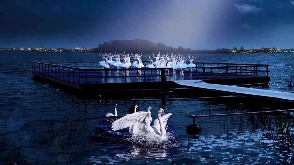 """Spectacolul de balet """"Lacul lebedelor"""" se joacă în premieră pe lac, în orașul Ovidiu"""