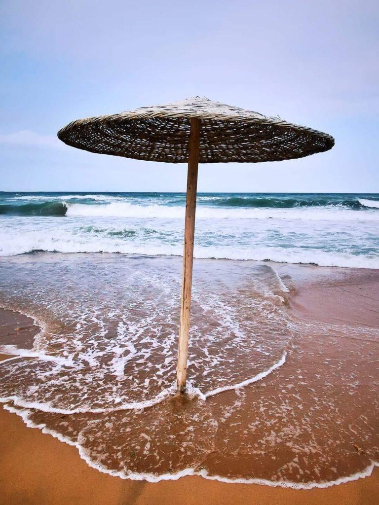 umbrela-plaja-Eforie-valuri-dantela-foto-Vlad-Eftenie