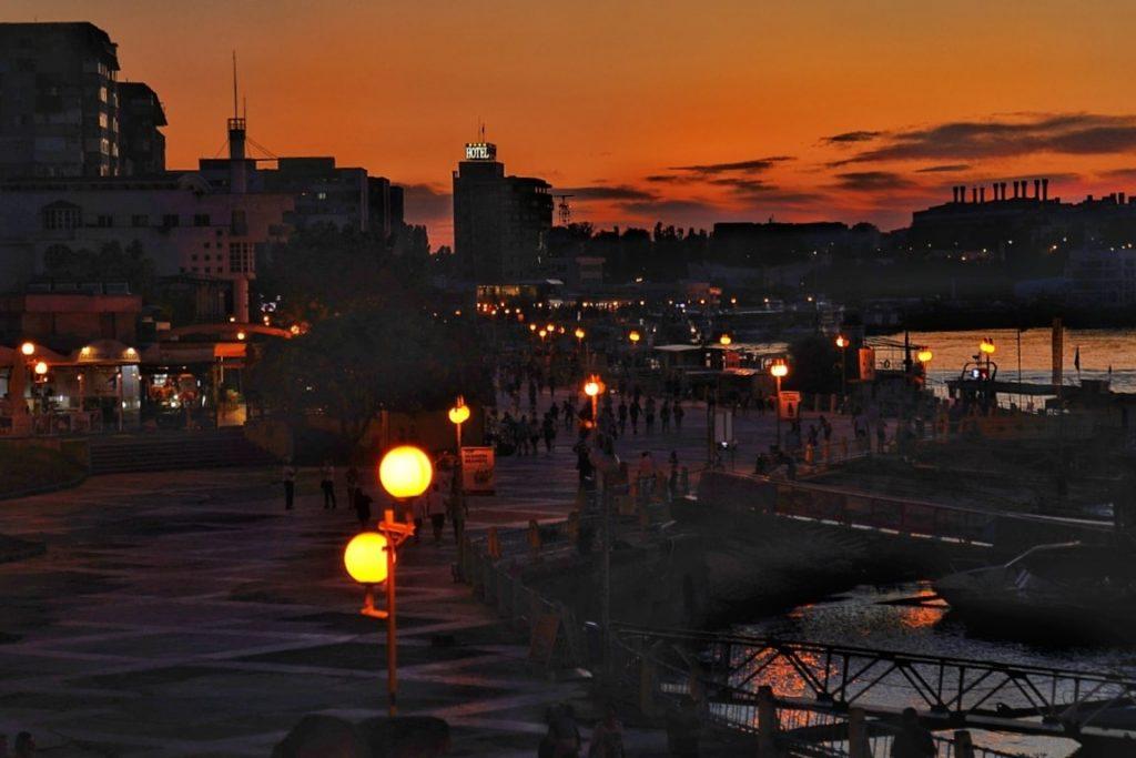 orasul-tulcea-noaptea-faleza