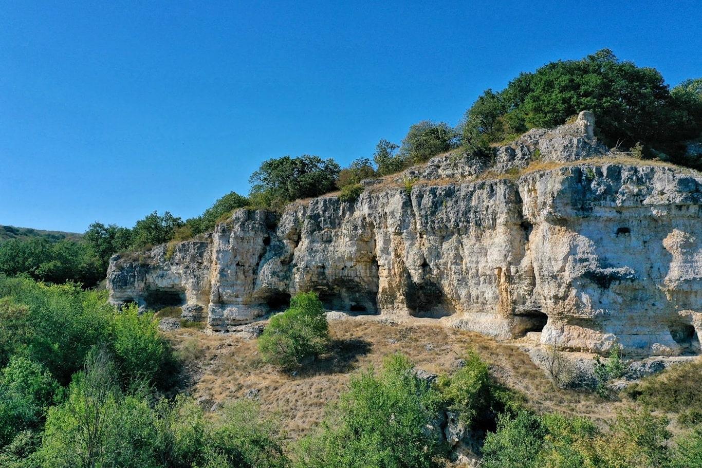 Canaraua Fetii, canionul din Dobrogea care ascunde două biserici rupestre