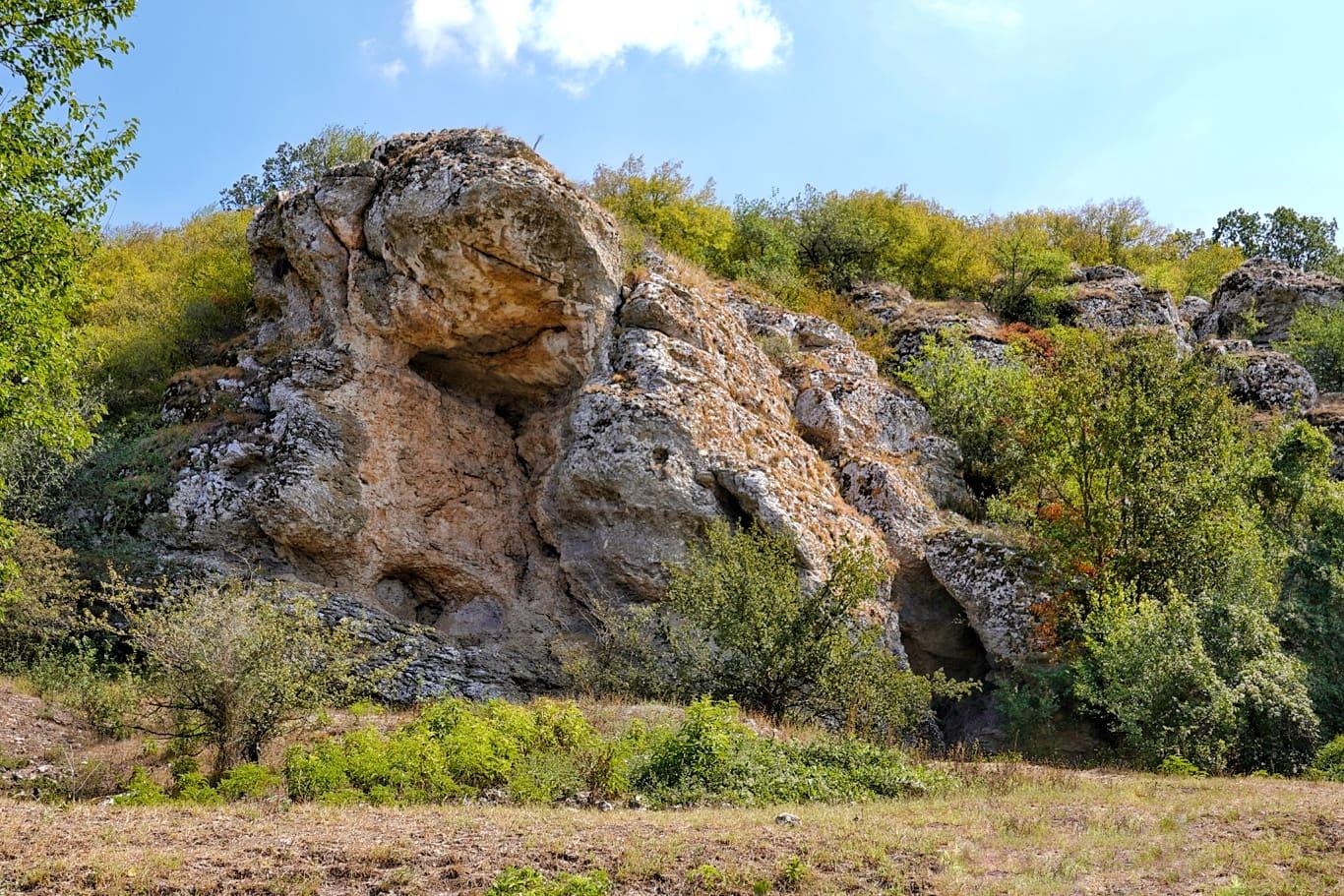 Gura Dobrogei, rezervația cu peste 10 peșteri în stâncile din perioada jurasică