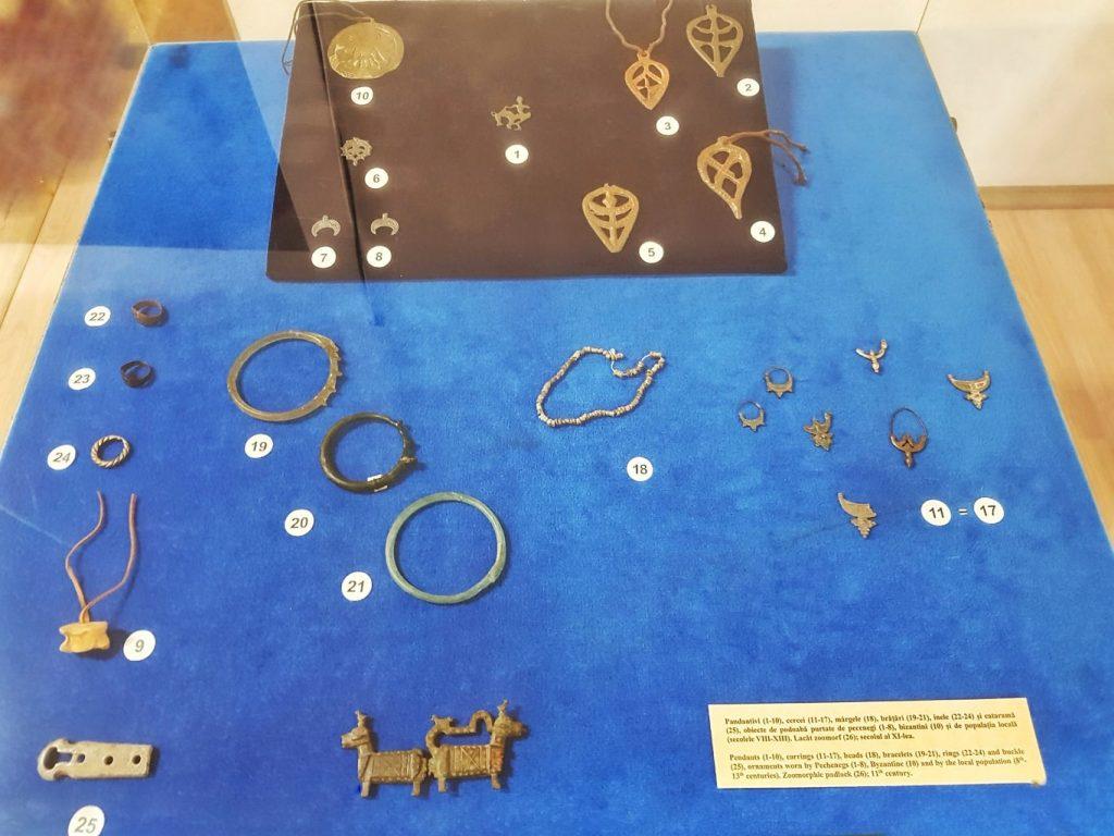 pandantive-cercei-margele-bratari-inele-obiecte-de-podoaba-purtate-de-pecenegi-bizantini-sec-VIII-XIII-Dobrogea-mixobari-Dobrogea