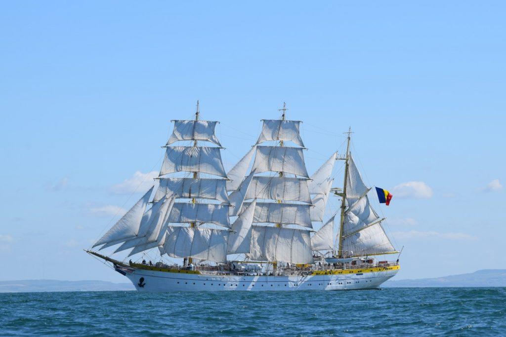 nava-scoala-mircea-cu-velele-ridicate