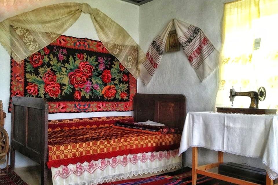 casa-traditionala-dobrogeana-interior-camera-curata