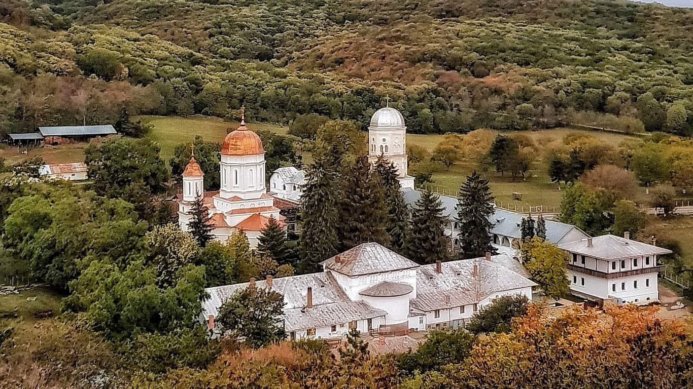 Triunghiul mănăstirilor din Nordul Dobrogei atrage turiștii cu povești și peisaje frumoase