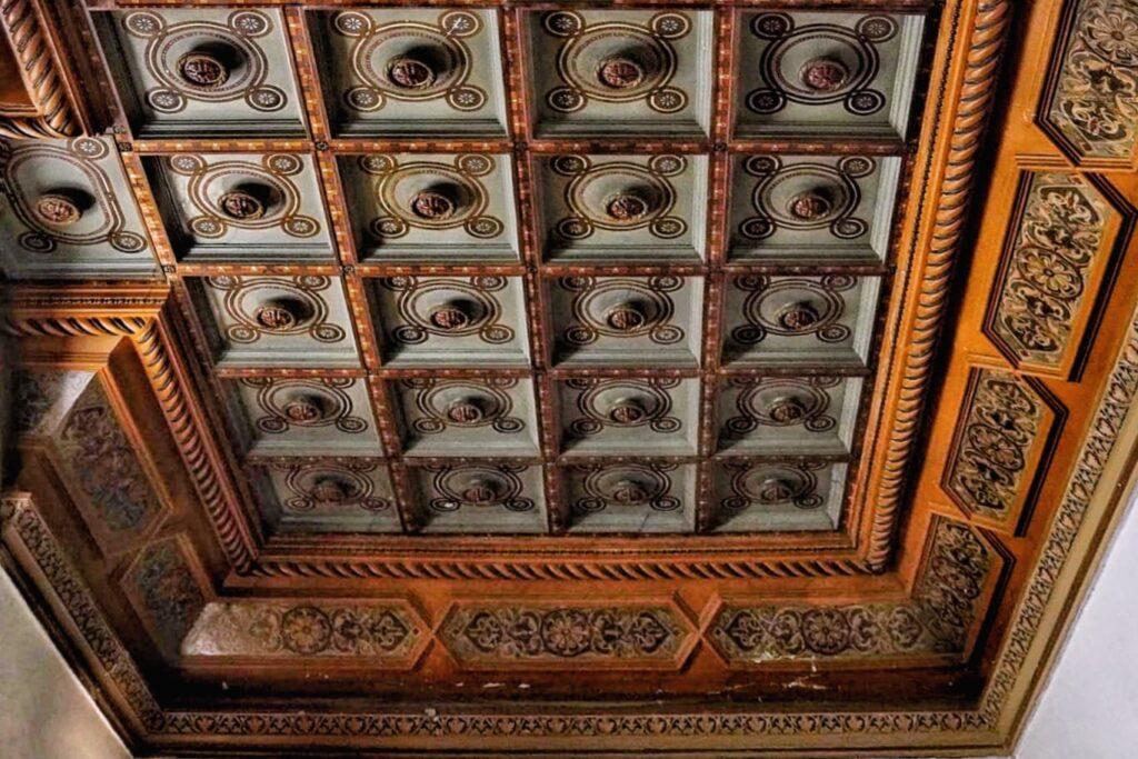 tavanul-pictat-din-sala-de-sedinte-a-muzeului-de-arta-populara-constanta